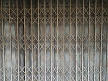 Porta de dobradura oxidada do metal Imagem de Stock