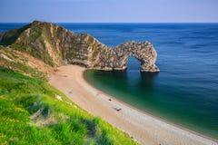 Porta de Durdle na praia na costa jurássico de Dorset Fotos de Stock Royalty Free