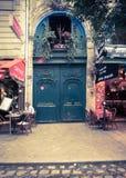 Porta de encantamento com as flores do quarto latino, Paris França imagens de stock