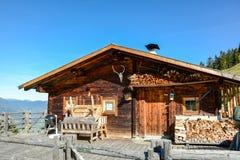 Porta de entrada à cabine de madeira velha no prado nos cumes austríacos, Zillertal Áustria Europa da montanha foto de stock royalty free