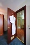 Porta de entrada ao banheiro aberto. imagens de stock royalty free