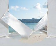 Porta de entrada branca da construção no oceano Foto de Stock Royalty Free