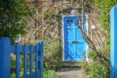 Porta de entrada da casa britânica tradicional em uma manhã ensolarada da mola imagem de stock
