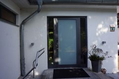 Porta de entrada de uma casa moderna Imagem de Stock Royalty Free