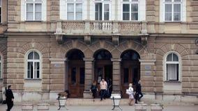 Porta de entrada em uma construção do século XX velha video estoque