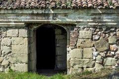 Porta de entrada muito velha e parede de pedra na construção antiga Foto de Stock Royalty Free