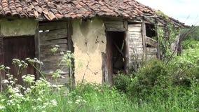 Porta de entrada velha e abandonada da casa de campo video estoque