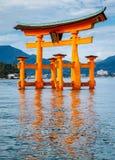 A porta de flutuação de Torii, ilha de Miyajima, Hiroshima, Japão Fotografia de Stock