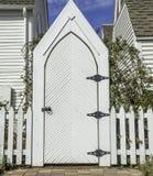 Porta de jardim branca alta Fotografia de Stock