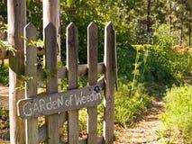 Porta de jardim do país que conduz ao jardim Imagem de Stock Royalty Free