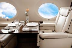 Porta de los aviones (jet) con la opinión de las nubes Fotografía de archivo libre de regalías