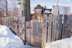 Porta de madeira à casa atrás de uma cerca Imagem de Stock