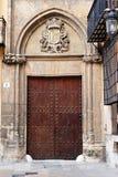 Porta de madeira abaixo de um protetor heráldico Imagem de Stock Royalty Free