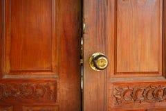 A porta de madeira aberta imagens de stock royalty free