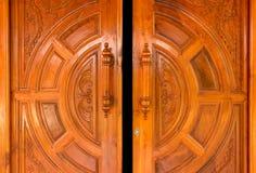 A porta de madeira abre imagem de stock