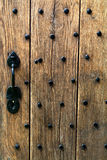 Porta de madeira antiga com parafusos prisioneiros do ferro Imagem de Stock Royalty Free