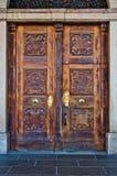 Porta de madeira antiga com punho e decorações Imagens de Stock Royalty Free