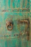 Porta de madeira antiga com trava do metal Fotografia de Stock Royalty Free