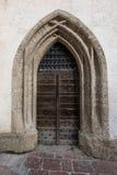 Porta de madeira antiga no arco de pedra, Salzburg Fotos de Stock Royalty Free