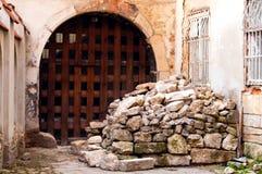 Porta de madeira autêntica à fortaleza de pedra, conceito do curso, espaço da cópia fotografia de stock