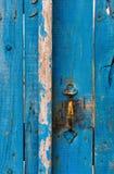 Porta de madeira azul altamente textured fotografia de stock royalty free