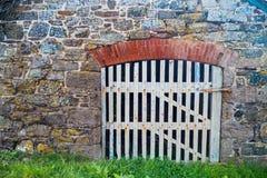 Porta de madeira branca em uma parede cornish velha foto de stock royalty free