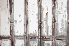 Porta de madeira branca velha resistida foto de stock