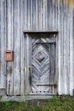 Porta de madeira castigado pelo mau tempo e parede foto de stock