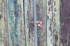 Porta de madeira chamuscada fotos de stock royalty free