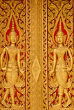 A porta de madeira cinzela em um templo Imagens de Stock Royalty Free
