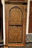 Porta de madeira cinzelada no interior do museu de C4marraquexe imagens de stock royalty free
