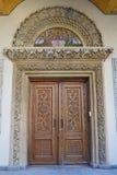 Porta de madeira cinzelada no patriarcado romeno, Bucareste, Romênia Fotos de Stock