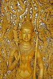 Porta de madeira cinzelada tradicional no templo de Wat Tha Sung em Uthai Thani, Tailândia foto de stock
