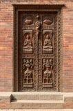 Porta de madeira cinzelada velha em Kathmandu, Nepal Imagem de Stock Royalty Free