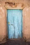 Porta de madeira colonial velha no estado de Potosi, Bolívia fotografia de stock