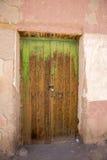 Porta de madeira colonial velha no estado de Potosi, Bolívia fotografia de stock royalty free
