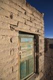 Porta de madeira colonial velha no estado de Potosi, Bolívia foto de stock