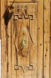 Porta de madeira com aldrava de porta Imagem de Stock Royalty Free