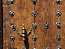 Porta de madeira com aldrava e os parafusos prisioneiros rústicos fotos de stock
