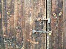 Porta de madeira com barra e cadeado Imagem de Stock Royalty Free