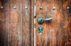 Porta de madeira com botão de porta e buraco da fechadura fotografia de stock