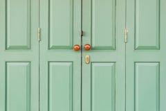 Porta de madeira com botões marrons Imagem de Stock