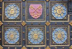 Porta de madeira com emblemas Fotos de Stock Royalty Free