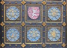 Porta de madeira com emblemas Imagem de Stock