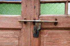 Porta de madeira com fechamento fotografia de stock