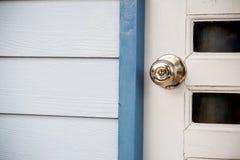 porta de madeira com grade, o botão de porta inoxidável ou o punho na porta de madeira na iluminação bonita imagens de stock royalty free