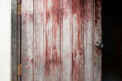 Porta de madeira com o botão de porta de prata imagem de stock royalty free