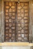 Porta de madeira com o tamanco floral antigo Técnica de cinzeladura de madeira fotografia de stock