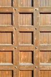 Porta de madeira com os rebites velhos do metal - fundo textured retro de Brown Fotos de Stock