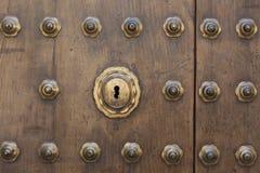 Porta de madeira com pontos do metal Imagem de Stock Royalty Free